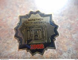 A025 -- Pin's Marathon Neuf Brisach 1992 - Autres