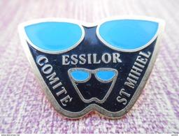 A008 -- Pin's Essilor Comite St Mihiel -- Exclusif Sur Delcampe - Pin's & Anstecknadeln