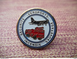 A008 -- Pin's Securite Incendie Sauvetage Aeroports - Pompiers