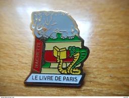 A008 -- Pin's Le Livre De Paris Hachette - Mass Media