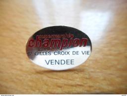 A017 -- Pin's Champion St Gilles Croix De Vie Vendee -- Exclusif Sur Delcampe - Marcas Registradas