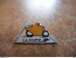 A021 -- Pin's La Poste Dans La Course - Postes