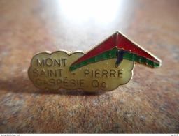 A025 -- Pin's Mont Saint Pierre Gaspesie Parapente -- Exclusif Sur Delcampe - Paracaidismo