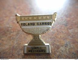 A025 -- Pin's Roland Garros Simple Messieurs - Tennis