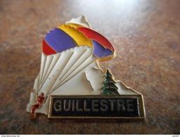 A026 -- Pin's Guillestre -- Exclusif Sur Delcampe - Ciudades