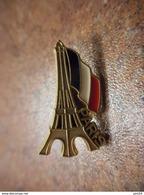 A028 -- Pin's Paris Tour Eiffel Signé Martineau - Villes