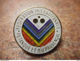 A029 -- Pin's Federation Francaise De Petanque Et Jeu Provencal FFPJP Rond - Pétanque