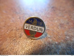 A037 -- Pin's Verdun 14 - 18 - Militaria