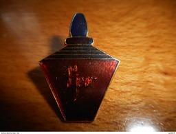 A001 -- Pin's Parfum 8eme Jour - Perfume