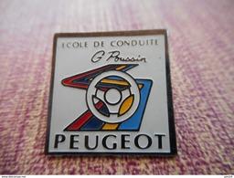 A001 -- Pin's Peugeot Ecole De Conduite G Poussin - Peugeot