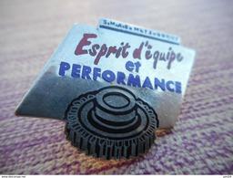 A003 -- Pin's SMAE Metz Borny Esprit D'Equipe Et Performance (usine De Boite De Vitesse) -- Exclusif Sur Delcampe - Pin's