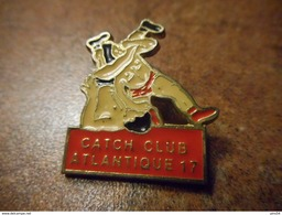 A032 -- Pin's Catch Club Atlantique 17 - Pin's & Anstecknadeln