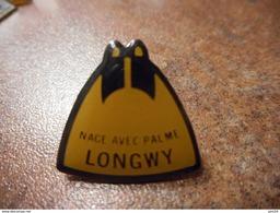 A032 -- Pin's Nage Avec Palme Longwy -- Exclusif Sur Delcampe - Natation