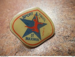 A032 -- Pin's Sport Twirl St Maximin FSCF - Gimnasia