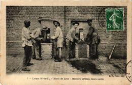CPA LENS (P.-de-C.) - Mines De LENS - Mineurs Affútant Leurs Outils (976613) - Lens