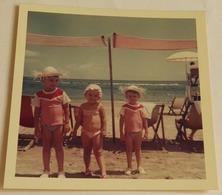 Vieille Photo De Trois Enfants En Maillot De Bain Sur La Plage-Old Photograph Of Three Children In Swimsuit On The Beach - Anonyme Personen