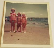 Vieille Photo De Trois Enfants Sur La Plage - Old Photograph Of Three Children On The Beach - Anonyme Personen