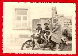 -- MOTOCYCLETTE Avec FILLETTES JUMELLES Et Une Personne Adulte  - Photo Amateur -- - Radsport