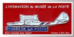 SUPER PIN'S LA POSTE : L'HYDRAVION Du MUSEE De La POSTE De St DIE En émail Cloisonné Base Argent, Format 2,5X1,5cm - Postes