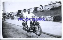 118896 REAL PHOTO MOTORCYCLE MOTO AND COUPLE NO POSTAL POSTCARD - Motorbikes
