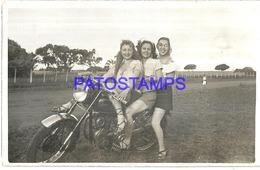 118899 REAL PHOTO MOTORCYCLE MOTO AND THREE WOMAN NO POSTAL POSTCARD - Motorräder