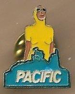 Pin's Pacific De Ricard Femme En Maillot De Bain De Plongée Natation - Boissons