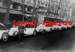 Reproduction D'une Photographie Ancienned'une Rangée De Taxis Parisien En 1935 - Reproductions