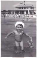 ENFANT / BÉBÉ NU Sur PLAGE - CHILD / NAKED BABY On BEACH : ROMANIA - BLACK SEA / ROUMANIE - MER NOIRE : 1960 (ac829) - Non Classés