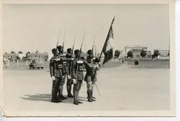 1501. PHOTO FORMAT CPA. 6è REGIMENT DE TIRAILLEURS SENEGALAIS LE DRAPEAU DU BATAILLON DAKAR 1936 - Guerra, Militares