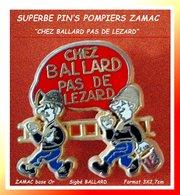 """LE SUPERBE PIN'S POMBIERS """"BALLARD"""" : PAS DE LEZARD CHEZ BALLARD En ZAMAC Base Or Cartouche Rouge, Format 3X2,7cm - Pompiers"""