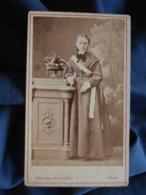 Photo CDV Adolphe Erkelenz à Liège - Jeune Femme En Pied, Echarpe De Prix, Circa 1875 L458A - Antiche (ante 1900)
