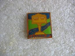 Pin's Boite à Lettres De La Poste De La Commune De RUGLES Dans L'EURE - Postes