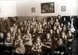 Grande Photo Originale Scolaire - Groupe D'écolières Dans Leur Classe Vers 1940/50 - Personas Anónimos