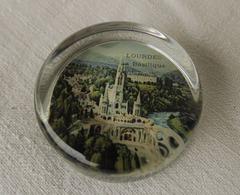 Ancien Presse Papier En Verre épais Souvenir De La Basilique De Lourdes - Paper-weights