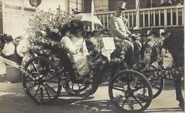 CARTE PHOTO-ATTELAGE-CHARRETTE-CORSO FLEURI-FEMME-ROBE-OMBRELLE-COCHER-FÊTE DES FLEURS-PARIS PLAGE - Carnival
