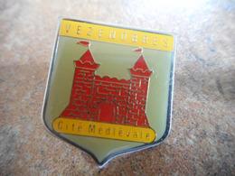 A038 -- Pin's Blason Vezenobres Cite Medievale -- Exclusif Sur Delcampe - Städte