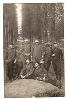 MILITARIA - CARTE PHOTO - GROUPE DE MILITAIRES (88ème) Dans La Forêt - Guerra 1914-18