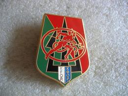 Pin's à 2 Attaches KFOR, La Force Pour Le Kosovo Avec L'aide Des Diables Rouges Du 152e Régiment D'Infanterie De Colmar - Militares