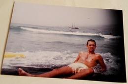Vieille Photo D'un Garçon Au Bord De La Plage - Old Photograph Of A Boy On The Shore Of The Beach - Anonyme Personen
