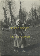 BRETONNE Bergère Fileuse Quenouille Vers 1930 Bretagne - Plaatsen