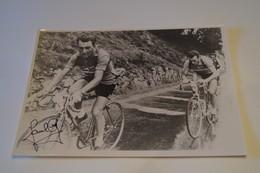 Coureurs Cyclistes,Tour De France 1955,Charly Gaul Et Louison Bobet, RARE,dédicacé,collection,17,5 Cm. Sur 12,5 Cm. - Cyclisme