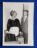 Vintage PIN-UP Photo, Ca. 9 X 12,5 Cm, Zimmermädchen Mit Hotel-Gast, Jolie Jeune Femme, Pretty Young Woman [19-242] - Pin-Ups