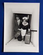 Vintage PIN-UP Photo, Ca. 9 X 12,5 Cm, Zimmermädchen Mit Hotel-Gast, Jolie Jeune Femme, Pretty Young Woman [19-241] - Pin-Ups
