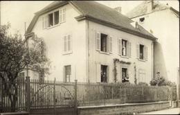 Cp Lutterbach Elsass Haut Rhin, Maison, Habitants, Vue De La Rue - France