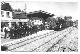 Carte-photo...Divonne...(Ain)...arrivée En Gare Du Train M.C.O Le 18/11/1944..animée,fanfare,officiels. - Divonne Les Bains