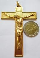 PENDENTIF BELLE CROIX EN BRONZE FRANCE COULEUR OR JESUS CHRIST EN RELIEF INRI - Religión & Esoterismo