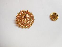 Superbe Pin's En Relief , Soleil , Louis XIV , Le Roi Soleil - Pins