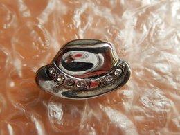 Pins -   CHAPEAU Metal Argenté + Brillants - Pin