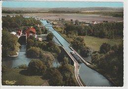 BOURG ET COMIN CANAL  AVEC PENICHE - France