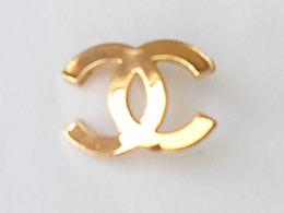 Pin's CHANEL - 1,5 Cm X 1,2 Cm - Sans La Fixation Arrière - - Perfumes